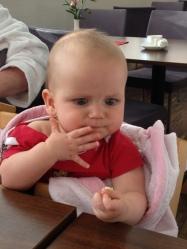 Clara beim Essen